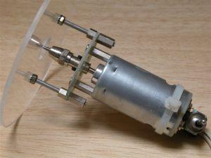 Réalisée avec un moteur de propulsion cette mini défonceuse permet de creuser proprement les emplacements de servo.