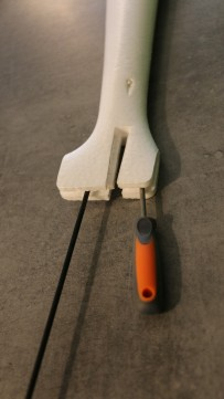 Renforcer le pied de dérive à l'aide de 2 jonc carbone ou FdV 3mm.