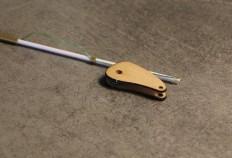 Tendre ensuite le fil, et coller fil+rondelle.