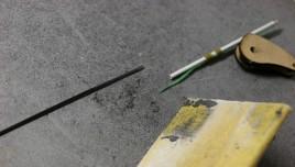 Poncer en pointe la commande d'origine de l'Ahi pour qu'elle pénètre dans le tube de commande.