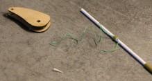 Utiliser un fil le moins élastique possible (Fil Au Chinois). Et un tube de commande 1.8mm avec une rondelle coupée dans la gaine de commande 3mm. Glisser le fil dans la rondelle et passer le tout sur le tube. Couper une pointe de cure dent.