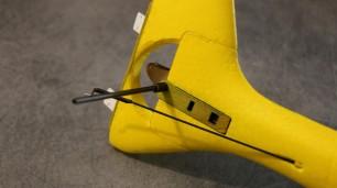 Côté droit, une entretoise viendra sur l'axe 3mm pour écarter suffisament l'empennage du fuso (passage de la commande de dérive).